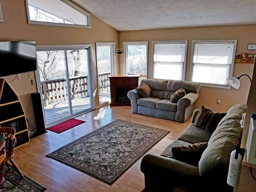 family room with deck access at Grand View cabin rental