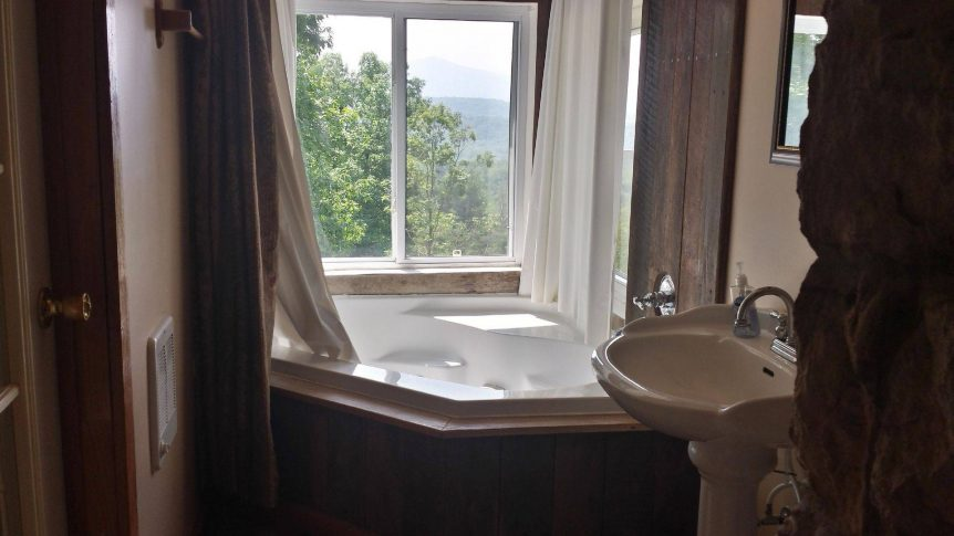 tub with view of mountains in Vista Grande rental cabin