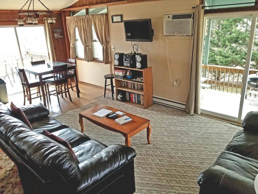 picture of living room and dining area of Vista Grande rental cabin